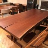 『店内でウォールナットのテーブルを探してみました』の画像