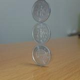 これスゴイ!驚異のバランスと集中力で「1円玉を縦に3枚」積み上げる(画像あり)