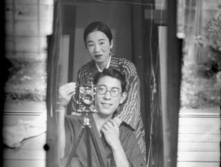 外国人「おい、日本人は100年前から自撮りしてたらしいぞ!」