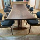 『愛媛県にワイド3000ミリのウォールナットブックマッチテーブルと柏木工・BOSSチェアを納品』の画像