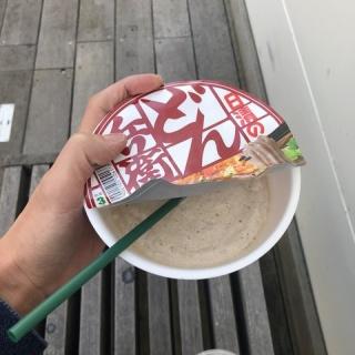 『【画像】Twitter民「どん兵衛の容器にフラペチーノを入れて貰った」』の画像
