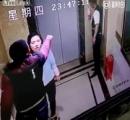 【動画】エレベーターの待ち時間にキレた中国人 恋人の前でドアを蹴破り転落する