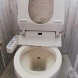 『《トイレ匂いがなくなる!?温水洗浄便座を外して下を掃除するもピカピカに》』の画像