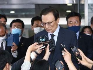 韓国与党代表「それが礼儀か」朴元淳の喪屋でセクハラ疑惑の質問をした記者を睨みつけて怒りをあらわにする=韓国の反応