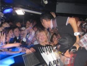 【悲報】ナイナイ岡村さん、クラブでDJ中にビンを投げられ顔面出血ww