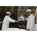 『黒豆酢の仕込み —粉砕・仕込み—』の画像