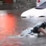 【動画】中国、洪水で冠水した道路で水泳する女子、走ってきた車にひかれる!