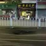 【動画】中国、道路が沈み陥没寸前!そこに、危うく乗用車が突っ込みそうに…!?  [海外]