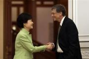 韓国人 「失礼だ」、ビル・ゲイツ氏に不満・・・朴大統領と握手中、ポッケに手→ブーメラン