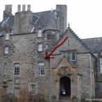 エジンバラのにある城の窓辺に現れた「はっきり」幽霊にネットが騒然
