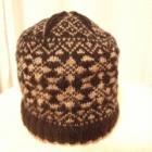 『ゆったり編んで大きめに作る男性用編み込みの帽子』の画像