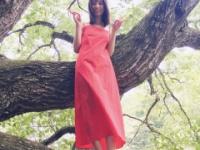 【日向坂46】『小坂菜緒1st写真集』木登りする無邪気なオフショットにキュン。