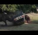 【まるでサイコロ】ドイツのサファリパークでサイが車を猛攻撃、3回横転するも運転手は無事