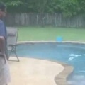 イヌかと思ったらそうじゃない。お父さんが庭でペットと遊んでいた。プールに投げる → アヒルは何度もこうなります…