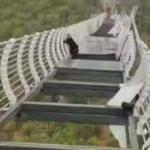 【動画】中国、吉林省でガラスの吊り橋の床が落下!観光客が取り残される!