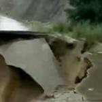 【動画】中国、豪雨のため山道で「土砂崩れ」が発生!道路が陥没し崩れ落ちる瞬間 [海外]