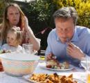 英国首相たるものホットドックを食す時もナイフとフォークで
