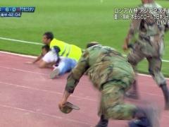 【動画/画像】アフガニスタン戦でのMOMは乱入したサポを絶対にピッチに入れさせなかった軍人さんにおくるべき!?wwww