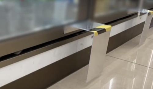 日本のコンビニ店舗が考案した冷蔵庫の扉を足で開閉できるコロナ対策が海外でも話題に