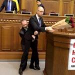 【動画】ウクライナ、議会で首相が股下から持ち上げられる事態!そして、大乱闘 [海外]