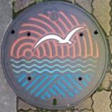 『新潟県新潟市のマンホール。海とカモメがデザインされています。』の画像