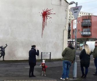 【バンクシー】英の出身地ブリストルで新作 バレンタイン前に壁画出現 (画像)