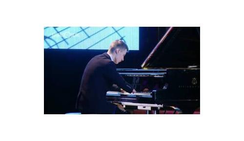 両手とも指のない15歳ピアニスト、わずか1年半で習得した神演奏に世界が感動