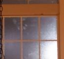 2階の窓のありえない所に手形ついてるんだけど…