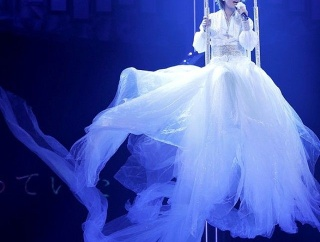 【画像】氷川きよしさん、ウエディングドレスを着て宙に浮かんでしまう