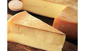 【絶美味】チーズを焼いてトロットロにしたやつを目の前でパンにかけてくれるホットドックがマジで美味しそう!食欲を抑えきれない!