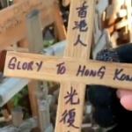 【リトアニア】香港人が願いを書き立てた十字架、中国人がポイっと投げ捨てる! [海外]