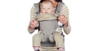 乳児を抱っこしたままラーメン屋のカウンターで食べる夫婦。いや、ありえないでしょ