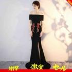『黒一色だけじゃなく、ワンポイントカラーの入ったドレスを選ぶのがおすすめです』の画像
