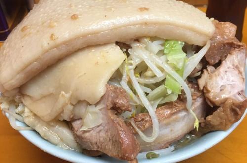 【画像あり】ラーメン二郎「おーいおまえら!!腹減ったろ!?ほら!!食え!!」のサムネイル画像