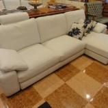 『イタリア製本革のスーパーホワイト色のロースタイル・シューズロングソファが入荷』の画像