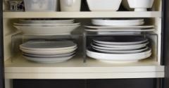 食器棚◇無印アクリル仕切棚で大皿収納を見直し&断捨離の決心がつかない場合どうする?