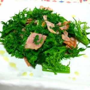 ワサビ菜とベーコンの炒め物