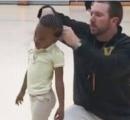 幼女「先生、髪の毛縛って」教師「こうか?」で300万再生 全米が注目
