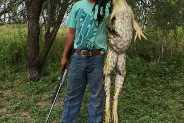 【画像】テキサスで巨大なカエルが捕獲されるも真偽の論争・・・