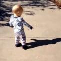 自分の影が怖くてしょうがない赤ちゃんの動画集