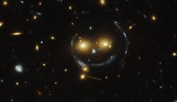宇宙が笑った!?重力レンズが引き起こす宇宙の「スマイル」