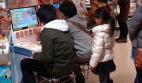 【日本のオタク文化】  いやいや さすがに? 日本で  小さい子供が見ている中 大人が 子供用アーケードゲームに熱中して遊んでいる写真が撮られる。   海外の反応