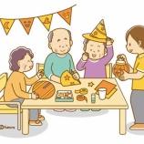 『【クリップアート】ハロウィンの工作をする老人・仮装してお菓子をもらう子どもたちのイラスト』の画像