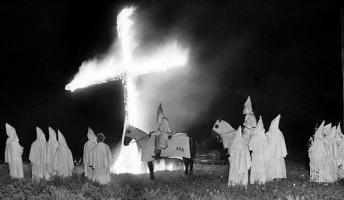 """アメリカの秘密結社""""KKK""""(白人至上主義団体)の画像をご覧ください→"""
