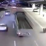 【動画】中国、トラックの後輪が外れ、転がってぶつかって跳ねて、見事に着地! [海外]