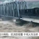 【動画】中国、大洪水で橋の崩壊を防ぐために、砕石列車を橋の上に停車させ重しにする!