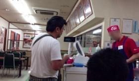 【日本の事件】    ラーメン屋に ツイッター実況しながら 強盗した犯人を 客が撮影した画像。  海外の反応