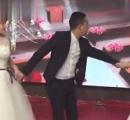 結婚式の最中に元カノがウェディングドレス姿で現れ「戻ってきて」と懇願 新婦は激怒し去って行く