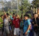 【画像】違法伐採者を撃退するアマゾンの戦士たち