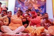 「牛の尿を飲めば守られる」 新型コロナ対策でヒンズー教団体が「飲尿パーティー」開催 …インド